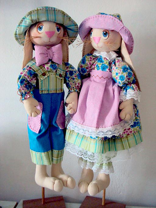 Заяц Т. «Весенние модники» (Зайки) (текстильная набивная игрушка. Ситец цветной и однотонный, бязь-беж, кружевная лента, нитки – шёлк, мулине - розового цвета, акриловые краски, джутовая нить, синтепух)